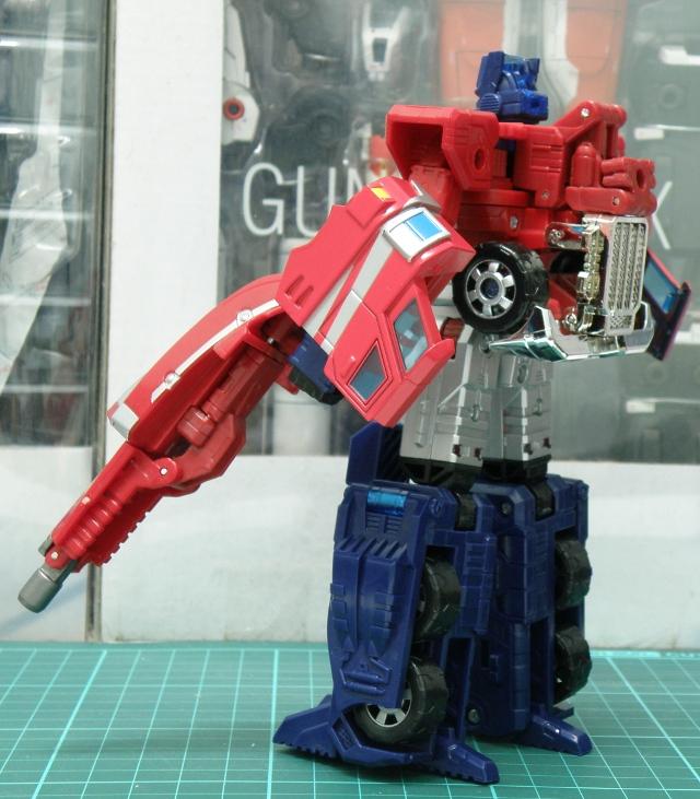 Henkei Convoy Robo dual blasters back view.