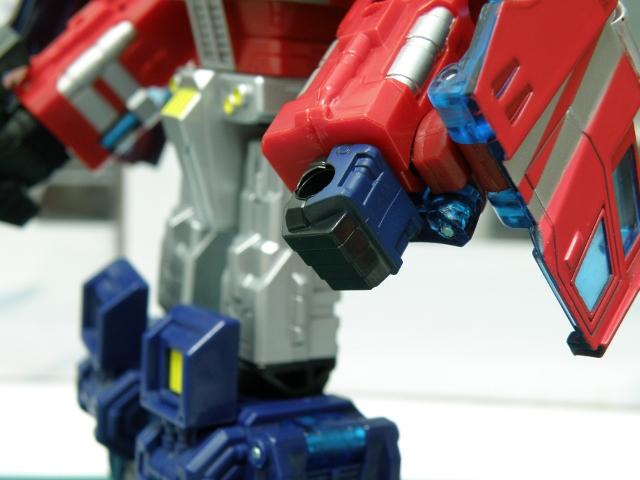 Henkei Convoy Robo fist details.