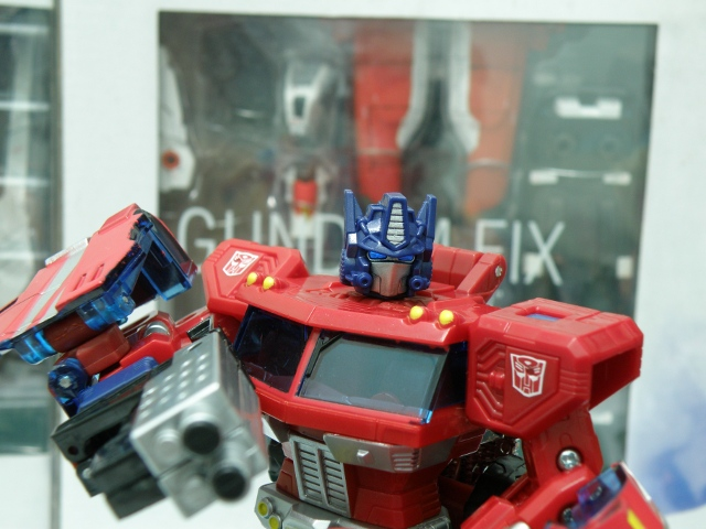 Henkei Convoy posing with primary blaster.
