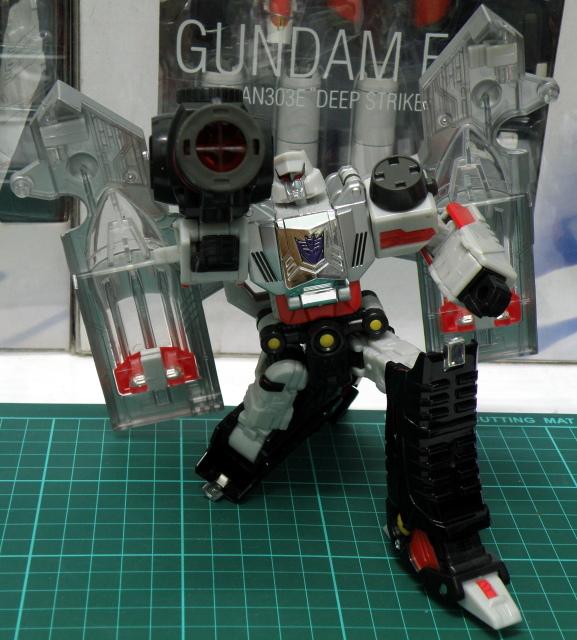 Henkei Megatron Robot Pose 2.