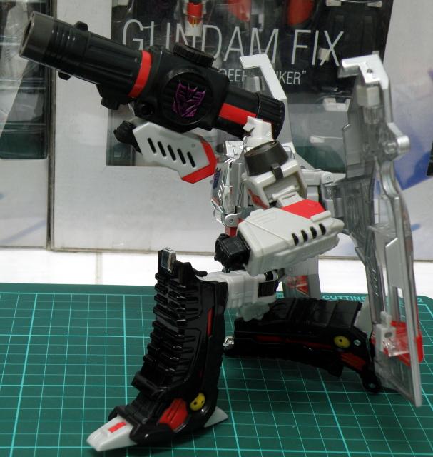 Henkei Megatron Robot Pose 3.