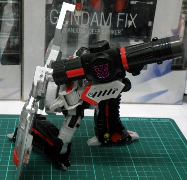 Henkei Megatron Robot Pose 4.