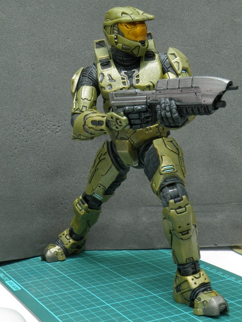 MasterChief with taking aim with assault rifle.